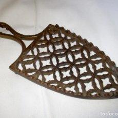 Antigüedades: ANTIGUO Y MUY BONITO POSA PLANCHAS EN BRONCE.. Lote 158842430