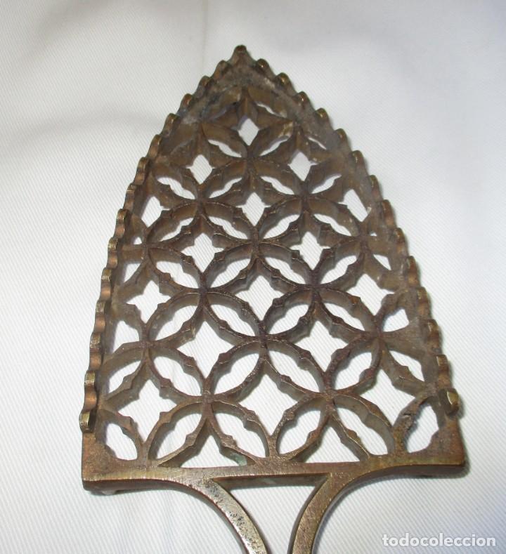 Antigüedades: ANTIGUO Y MUY BONITO POSA PLANCHAS EN BRONCE. - Foto 7 - 158842430