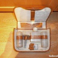 Antigüedades: ESTUCHE AFEITADO AFEITAR CON MAQUINILLA FRASCOS AÑOS 50. Lote 159116162