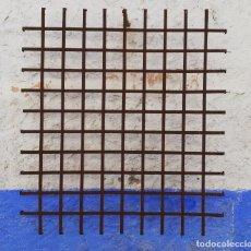 Antigüedades: REJA DE FORJA ANTIGUA DE 1 METRO Y 38 CMS. POR 1 METRO Y 25 CMS. 2 CMS. DE PERFIL Y 5 DE VUELTA. Lote 159373282