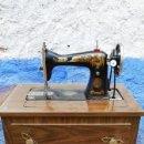 Antigüedades: MAQUINA DE COSER SINGER ANTIGUA CON MUEBLE EL CUAL MIDE 57 DE LARGO X 41 DE FONDO X 80 ALTO . Lote 159413702