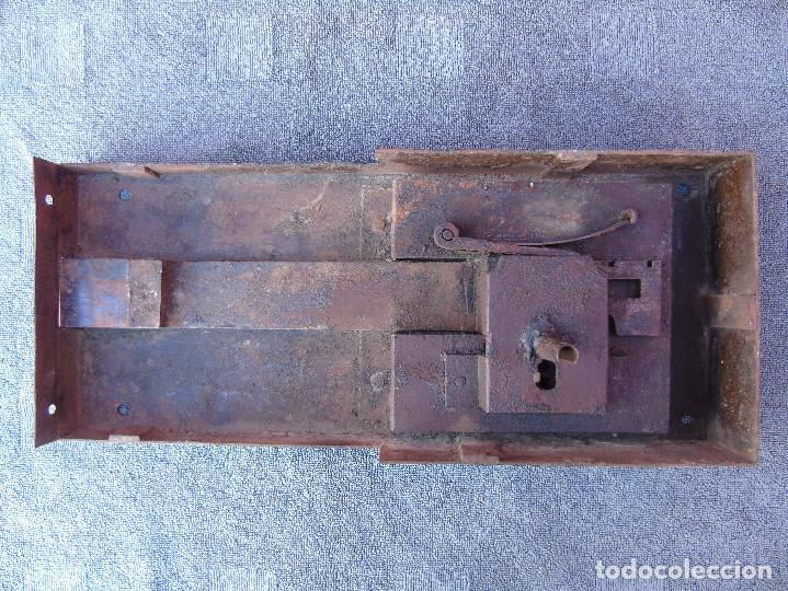 Antigüedades: GRAN CERRADURA DE HIERRO ANTIGUA, SIN LLAVE. 40CM X 18CM - Foto 3 - 159681386