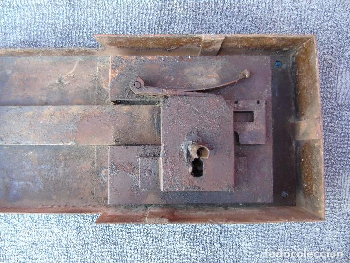 Antigüedades: GRAN CERRADURA DE HIERRO ANTIGUA, SIN LLAVE. 40CM X 18CM - Foto 4 - 159681386