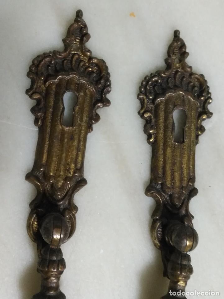 Antigüedades: dos antiguos tiradores de muebles con bocallave ojo de llave metal largos , ver medida en foto - Foto 2 - 159712118