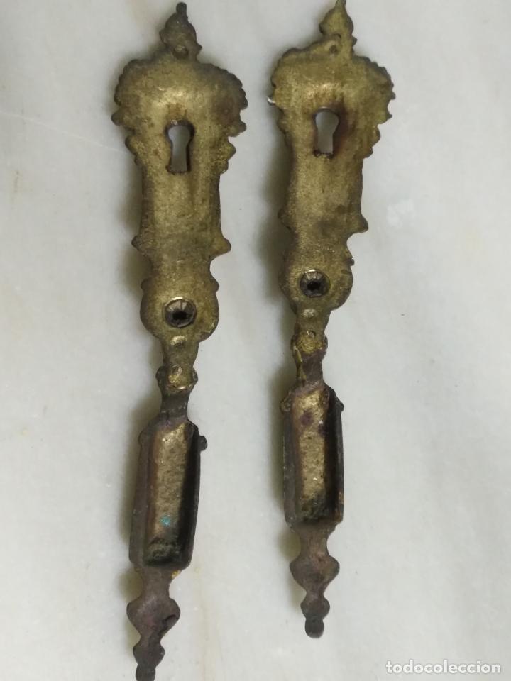 Antigüedades: dos antiguos tiradores de muebles con bocallave ojo de llave metal largos , ver medida en foto - Foto 5 - 159712118