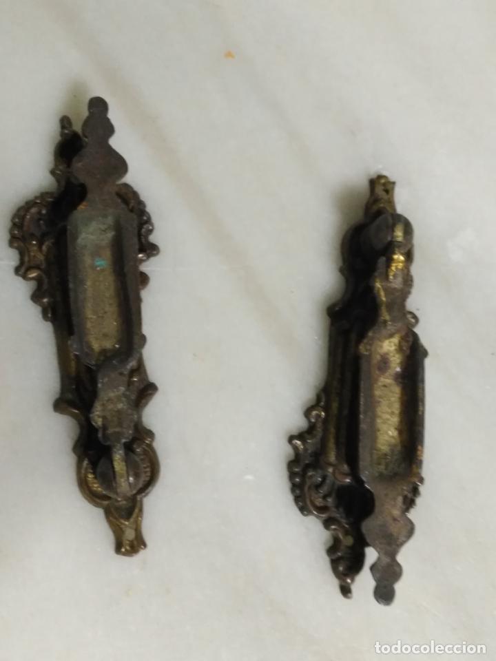 Antigüedades: dos antiguos tiradores de muebles con bocallave ojo de llave metal largos , ver medida en foto - Foto 6 - 159712118