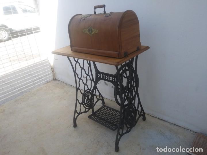 Antigüedades: Maquina de coser SINGER cajon y mesa pedal restaurada hace con adorno Jesucristo iglesia mueble - Foto 3 - 159716926