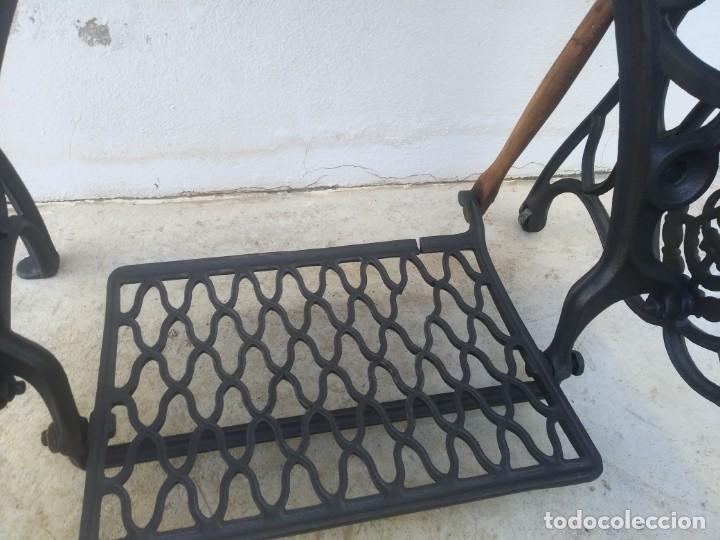 Antigüedades: Maquina de coser SINGER cajon y mesa pedal restaurada hace con adorno Jesucristo iglesia mueble - Foto 6 - 159716926