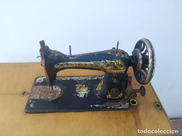 Antigüedades: Maquina de coser SINGER cajon y mesa pedal restaurada hace con adorno Jesucristo iglesia mueble - Foto 7 - 159716926