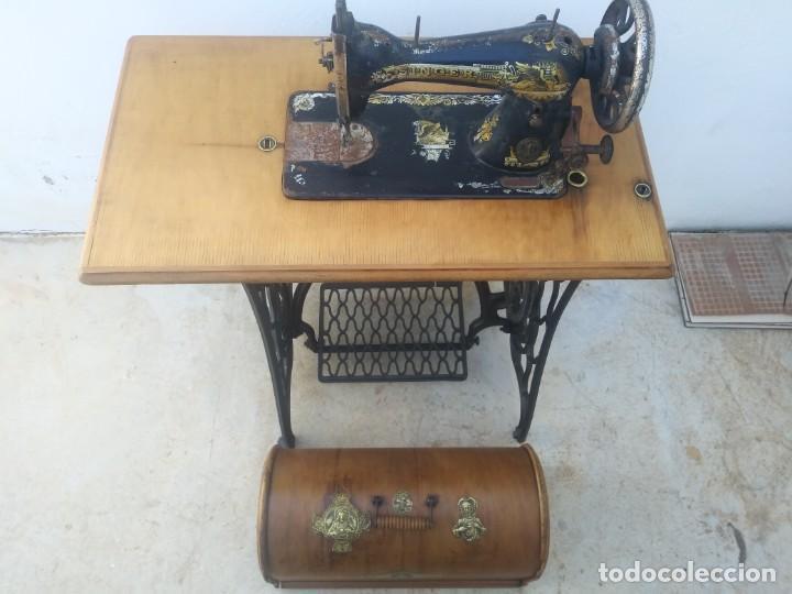Antigüedades: Maquina de coser SINGER cajon y mesa pedal restaurada hace con adorno Jesucristo iglesia mueble - Foto 8 - 159716926