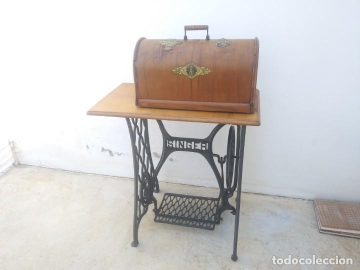 Antigüedades: Maquina de coser SINGER cajon y mesa pedal restaurada hace con adorno Jesucristo iglesia mueble - Foto 10 - 159716926