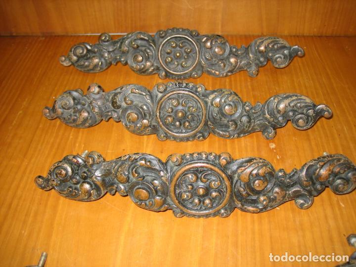 Antigüedades: Lote de Antiguos tiradores en bronce para armario o cómoda de madera antigua - Foto 6 - 159761290
