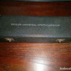 Antigüedades: OFTALMOSCOPIO OCULUS UNIVERSAL OPHTHALMOSCOP CAJA ORIGINAL MEDIDA 21X7X 4,5 CM MANUAL INSTRUCCIONES. Lote 159849586