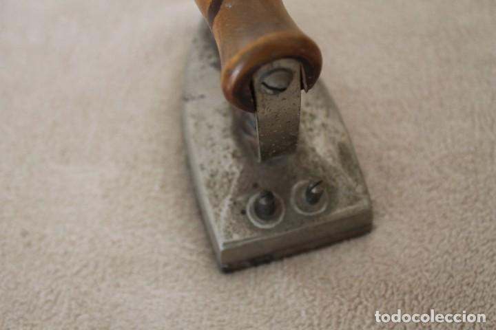 Antigüedades: ANTIGUA PLANCHA ELECTRICA MANGO MADERA MARCA CELIA - Foto 4 - 159873006