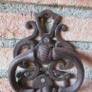 Antigüedades: BONITO LLAMADOR, ALDABA - PICAPORTE RÚSTICO - EN HIERRO - 17 CM ALTURA - S- XIX. Lote 160018402