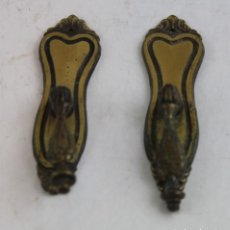 Antigüedades: DOS TIRADORES DE PUERTA DE ARMARIO O CÓMODA, LATÓN.. Lote 160035178