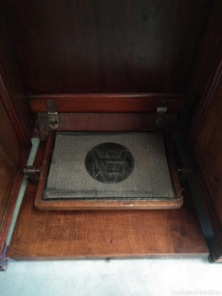 Antigüedades: Impresionante maquina de coser alfa modelo 1000 gabinete de lujo. Mueble. Muy completa. Como nueva - Foto 2 - 160146918