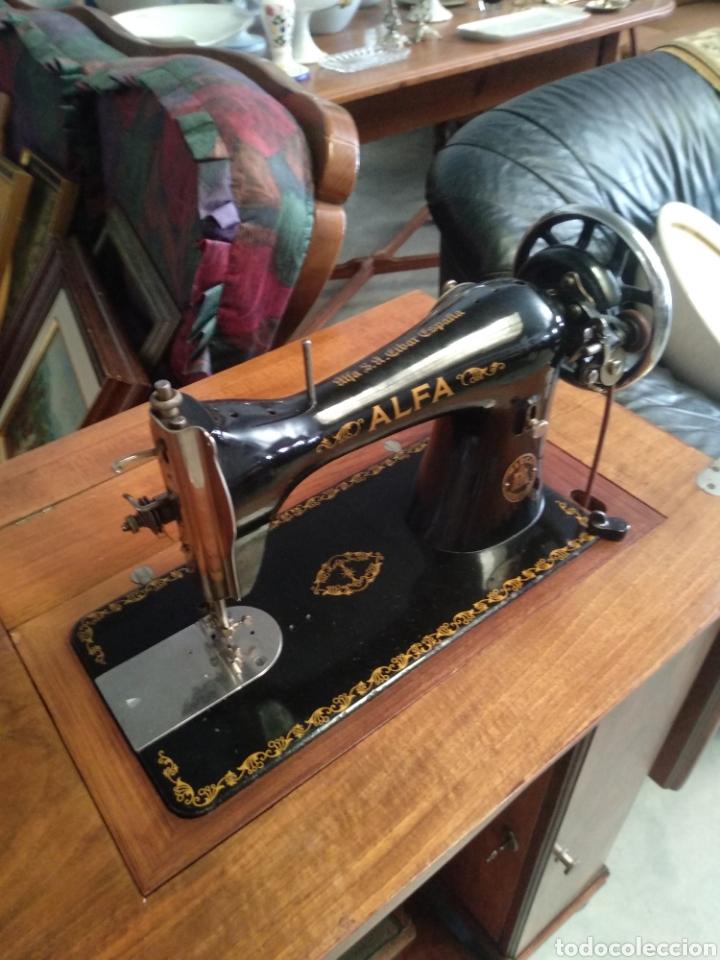 Antigüedades: Impresionante maquina de coser alfa modelo 1000 gabinete de lujo. Mueble. Muy completa. Como nueva - Foto 11 - 160146918