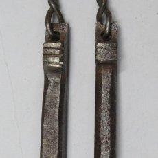 Antigüedades: ANTIGUA PAREJA DE TIRADORES DE HIERRJO FORJADO. SIGLO XVII. Lote 160157606