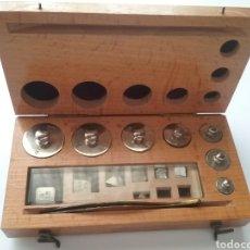 Antigüedades: JUEGO DE PESAS DE PRECISIÓN Y MICRAS. FALTAN 2 MICRAS.. Lote 160253521