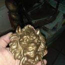 Antigüedades: LLAMADOR DE PUERTA - ALDABA DE BRONCE - CABEZA DE LEÓN. Lote 160310466