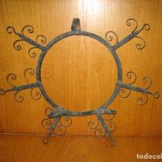 Antigüedades: ANTIGUO COLGADOR DE PLATOS EN FORJA REMACHADA. PLATOS DE 30 CM. Lote 160324954
