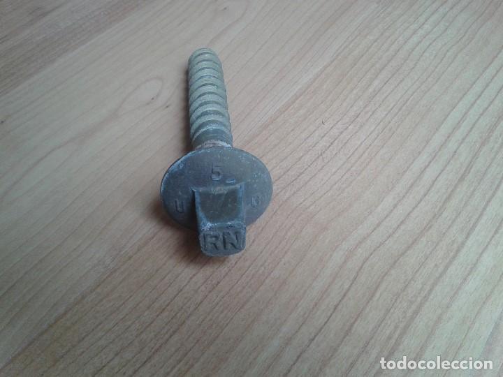 Antigüedades: Renfe -- Tornillo travesaño -- Componente para fijar vias de tren -- Metal - Foto 2 - 160328906