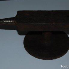 Antigüedades: ANTIGUO YUNQUE DE HIERRO - FORJA - 27 CM. Lote 160346166