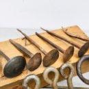 Antigüedades: ANTIGUOS CLAVOS DE FORJA CON CABEZA PLANA - CLAVO RUSTICO DE HERRERO DE HIERRO FORJADO TACHUELA. Lote 160371138