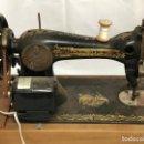 Antigüedades: ANTIGUA MAQUINA DE COSER SINGER CON MOTOR Y PEDAL. Lote 160470522