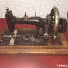Antigüedades: ORIGINAL MÁQUINA DE COSER DE MANO CON NÁCAR Y MARQUETERÍA FF.S.XIX 1880. Lote 160470790