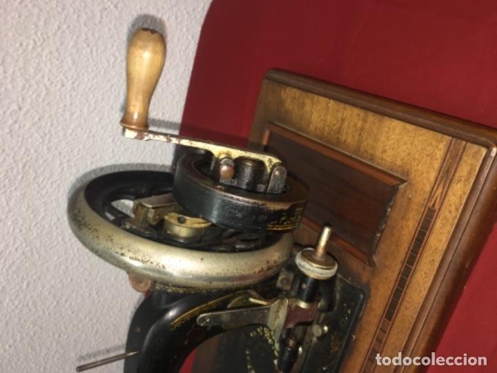 Antigüedades: Original máquina de coser de mano con nácar y marquetería ff.s.XIX 1880 - Foto 2 - 160470790