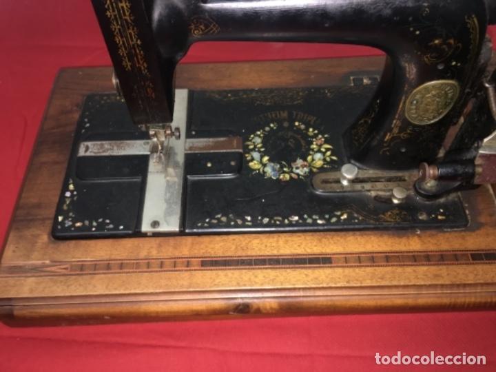 Antigüedades: Original máquina de coser de mano con nácar y marquetería ff.s.XIX 1880 - Foto 4 - 160470790
