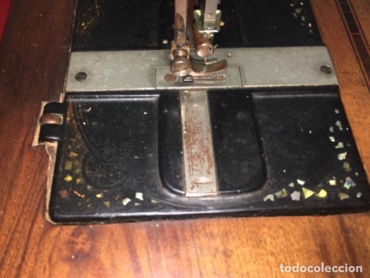 Antigüedades: Original máquina de coser de mano con nácar y marquetería ff.s.XIX 1880 - Foto 12 - 160470790