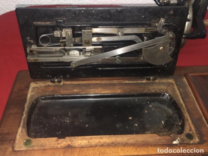 Antigüedades: Original máquina de coser de mano con nácar y marquetería ff.s.XIX 1880 - Foto 24 - 160470790