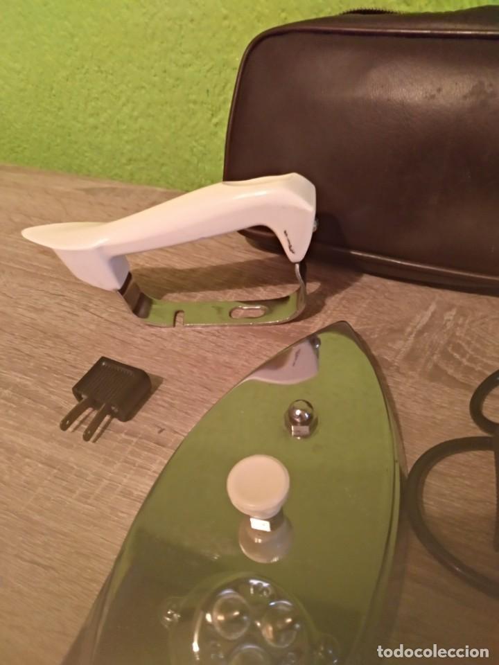 Antigüedades: Plancha eléctrica antigua de viaje marca fuego con sun funda y funciona - Foto 3 - 160495010