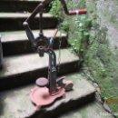 Antigüedades: ANTIGUA ENCORCHADORA DE AÑOS 20 EN HIERRO FUNDIDO, 14 KILOS 65CM ALTO, VINO BODEGAS + INFO. Lote 160595873