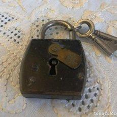Antigüedades: ANTIGUO CANDADO CON BOCA-LLAVE PROTECTORA. FUNCIONA BIEN. Lote 160727290