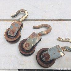 Antigüedades: POLEA DE HIERRO EN MINIATURA LOTE DE 3 ANTIGUA GARRUCHA O ROLDANA TAMAÑO PEQUEÑO CON GANCHO EN PUNTA. Lote 160881313