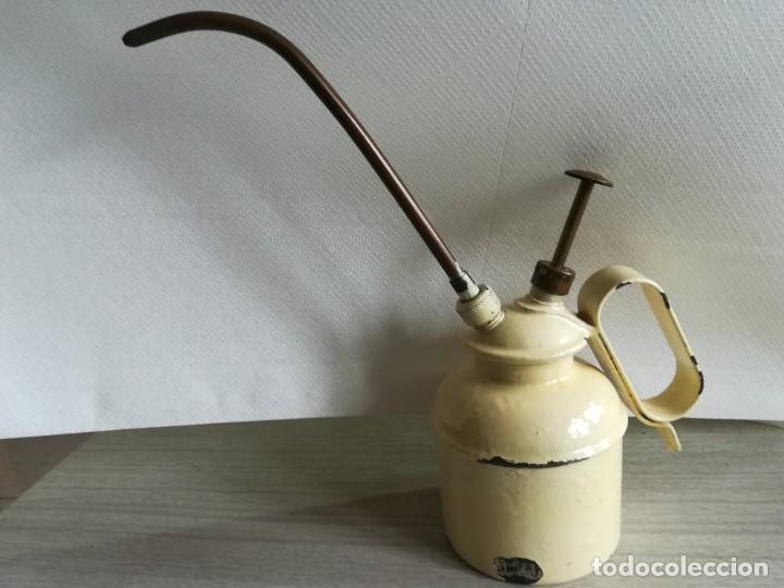 Antigüedades: Aceitera o engrasadora de metal esmaltado. - Foto 2 - 160983762
