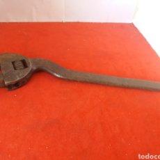Antigüedades: ANTIGUA LLAVE INGLESA CURVADA EN PERFECTO ESTADO FUNCIONA BIEN 31 CM DE LARGA. Lote 161129653