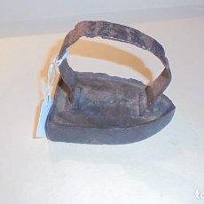 Antigüedades: ANTIGUA PEQUEÑA PLANCHA DE HIERRO PARA PLANCHAR CUELLOS Y ENCAJES Nº 1 . Lote 161344346
