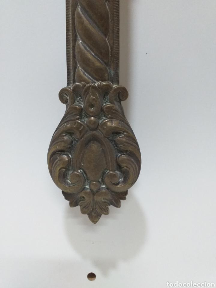 Antigüedades: Gran tirador de bronce para puerta antigua. Muy grande, conserva su pátina. 29 cm - Foto 2 - 177813188
