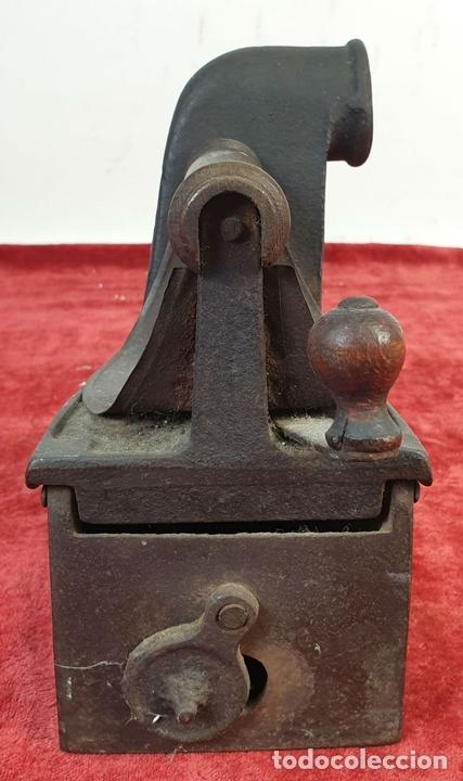 Antigüedades: PLANCHA DE CARBÓN. HIERRO FUNDIDO. MARCA RAYCA. SIGLO XIX. - Foto 2 - 161760918