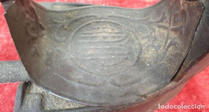Antigüedades: PLANCHA DE CARBÓN. HIERRO FUNDIDO. MARCA RAYCA. SIGLO XIX. - Foto 8 - 161760918
