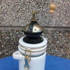 Antigüedades: PRECIOSO MOLINILLO DE CAFÈ CON RECIPIENTE DE CERAMICA . VER FOTOS. Lote 161868906