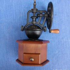 Oggetti Antichi: PRECIOSO MOLINILLO DE CAFÈ DE MADERA Y METAL CON MANIVELA DE RUEDA . VER FOTOS. Lote 161869558