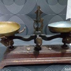 Antigüedades: ANTIGUAS BALANZAS CON PLATOS LATON.. Lote 161933132