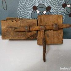 Antigüedades: CERROJO DE FORJA MANUAL. Lote 162324802