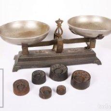 Antigüedades: ANTIGUA BALANZA DE HIERRO CON 6 PESOS - FUERZA 5 KG - ARENYS - MEDIDAS 47,5 X 21 X 20 CM. Lote 162570486